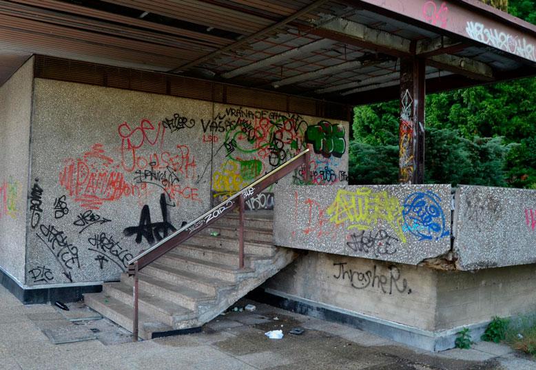 Za necelý měsíc v Thermalu rozvinou červený koberec pro hvězdy filmového plátna. V odvrácené části hotelového komplexu se dnes schází skupinky mladistvých, okolí je pokryté odpadky a zdi brutalistní stavby zahalují graffiti. – Foto: Filip Harzer, Zdroj: Český rozhlas