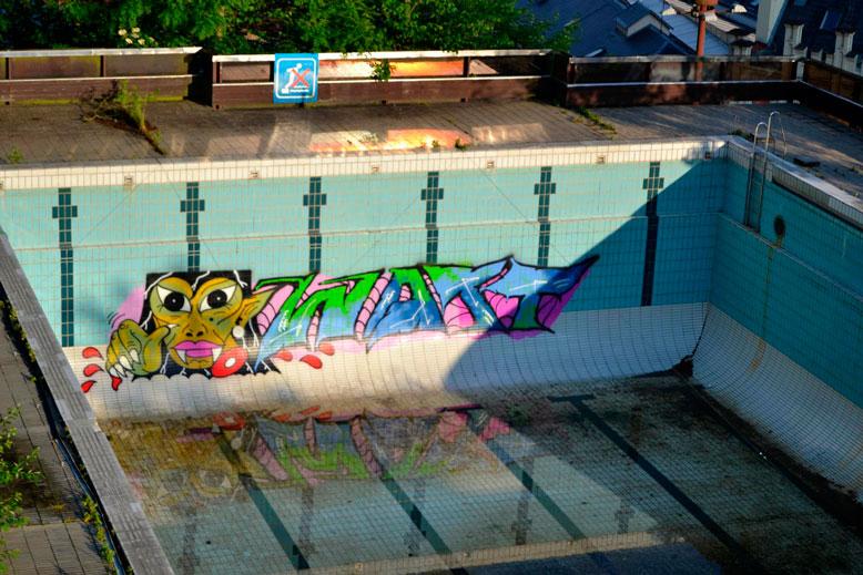 Graffiti přímo v bazénu znovu oživilo diskuzi o budoucnosti areálu. – Foto: Filip Harzer, Zdroj: Český rozhlas