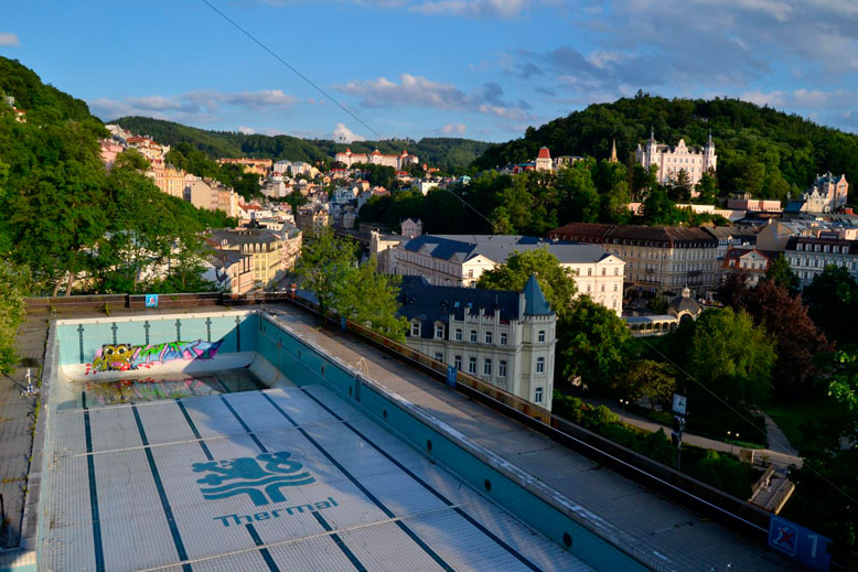 Bazén je vypuštěný od začátku roku 2016. Výhled je z něj i na několik karlovarských kolonád. – Foto: Filip Harzer, Zdroj: Český rozhlas