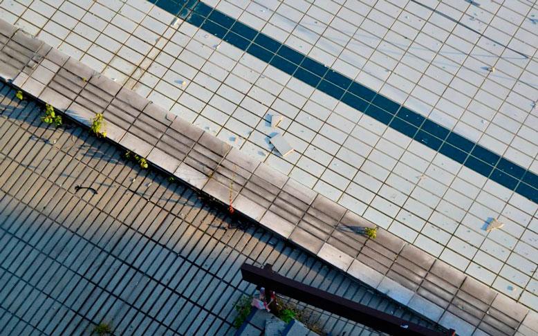 Odpadávající kachlíky, špína a odpadky - tak nyní vypadá bazén, který před lety k návštěvě lákal tisíce plavců. – Foto: Filip Harzer, Zdroj: Český rozhlas