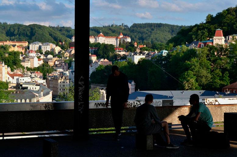 V chátrajícím komplexu se scházejí skupinky mladistvých – Foto: Filip Harzer, Zdroj: Český rozhlas